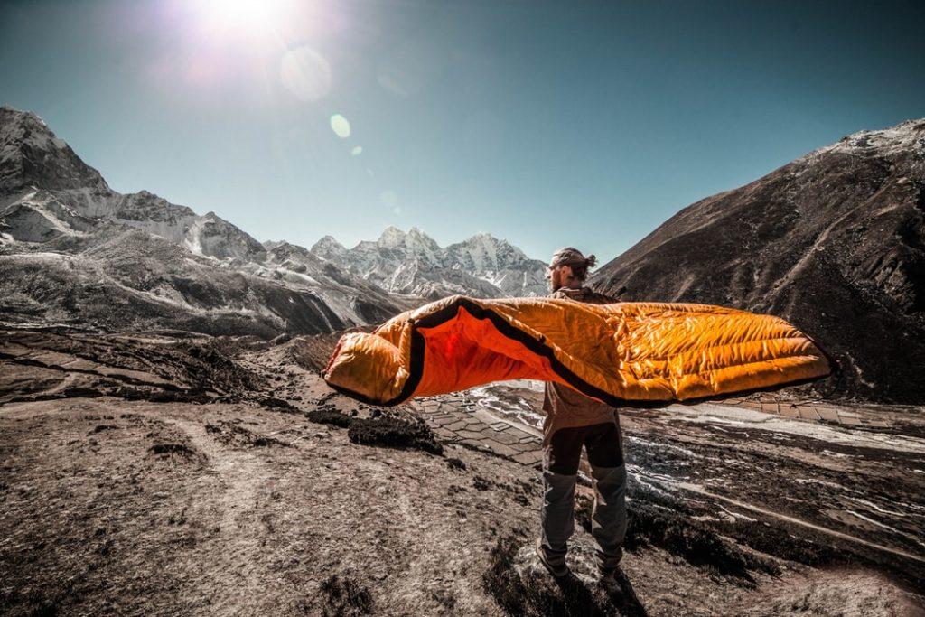 Gemütlicher aufblasbarer Schlafsack zum Entspannen