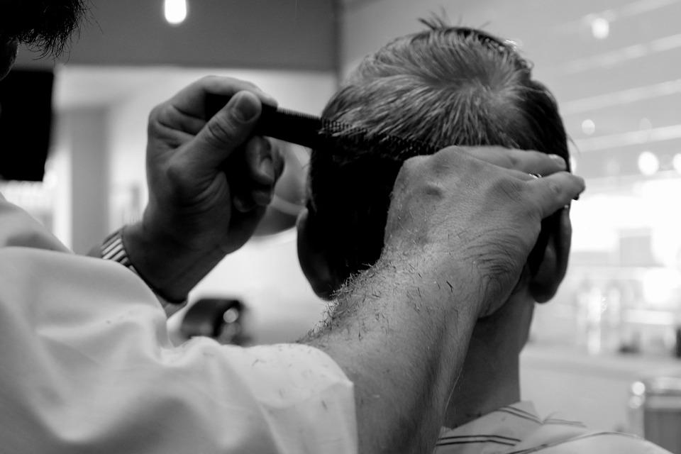 Sauberer Haarschnitt mit dem Haarschneider Staubsauger